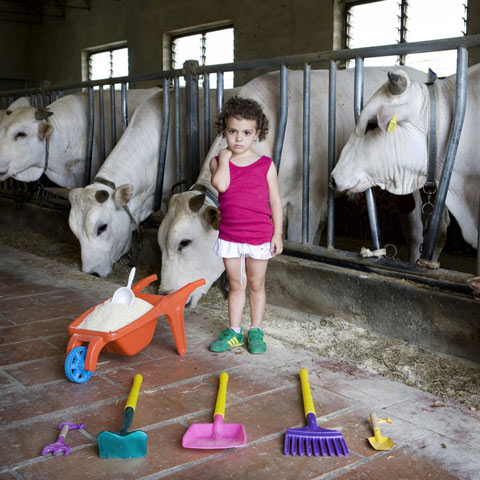 photos-of-children-from-around-the-world-with-their-most-prized-possessions
