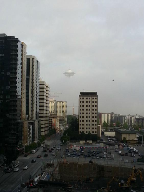 seattle-fog-space-needle-looks-like-ufo
